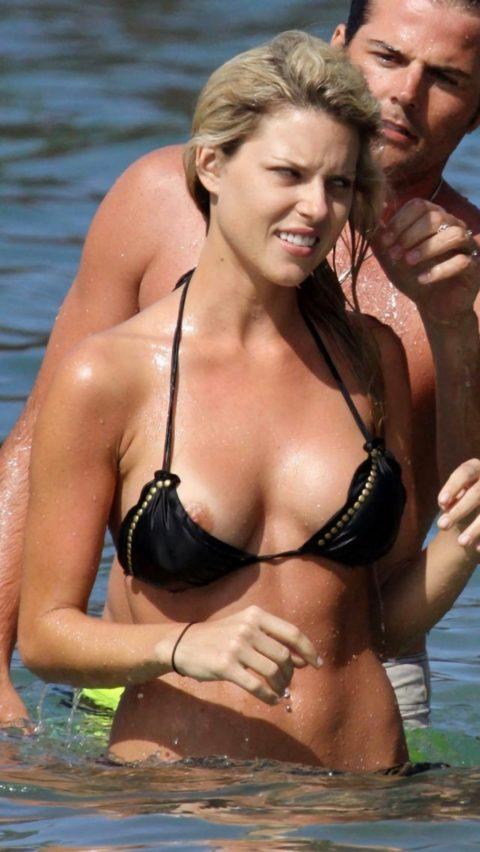 【ポロリ】海外のビーチでおっぱいがポロッた素人女さんをご覧ください。(38枚)・24枚目