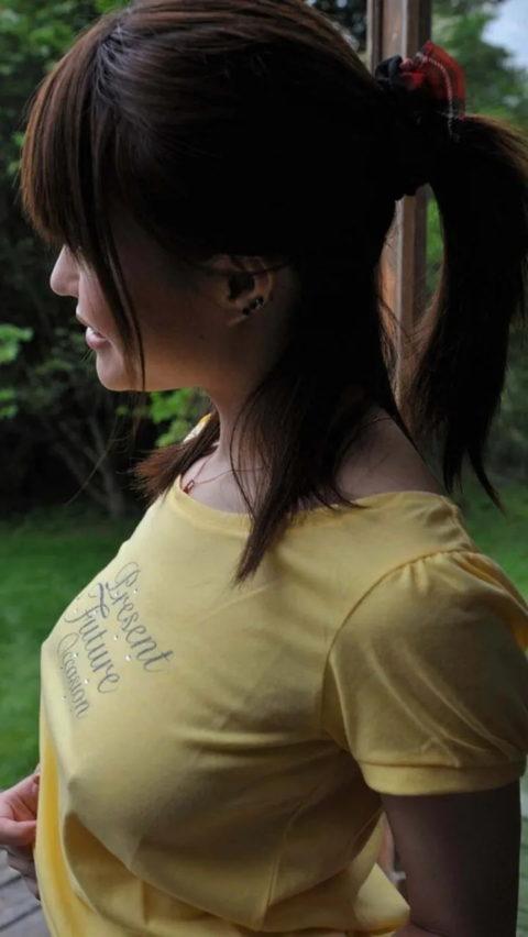 【乳首】ノーブラの女さん、ビーチクを勃起させた時の透けポッチwwwwwwww(40枚)・24枚目
