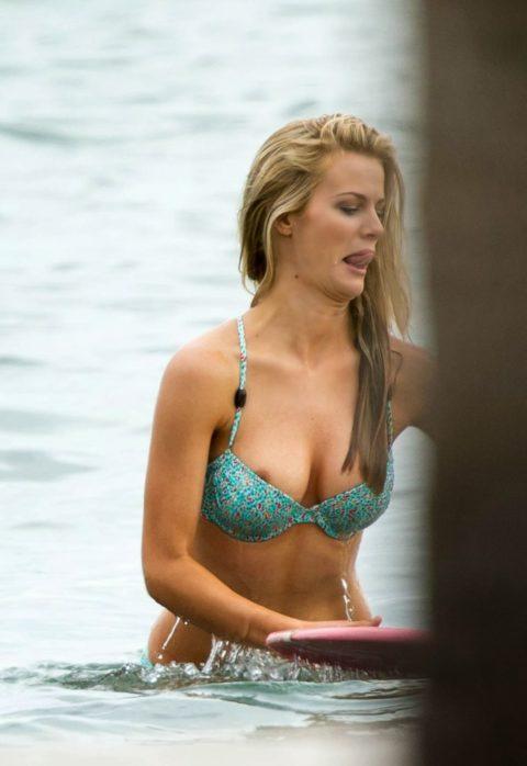 【ポロリ】海外のビーチでおっぱいがポロッた素人女さんをご覧ください。(38枚)・25枚目