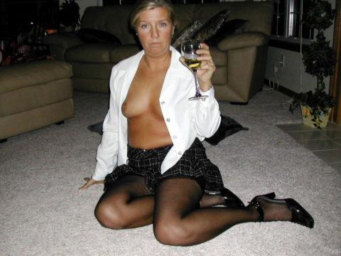 【画像あり】海外のビッチな飲み会で撮影された1枚。エエ身体しとるwwwwwww・27枚目