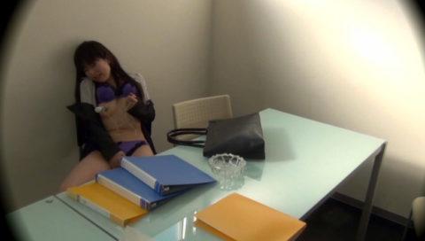 【盗撮】欲求不満のOLさん、職場でオナニーしてるところを撮影される。。(画像あり)・28枚目