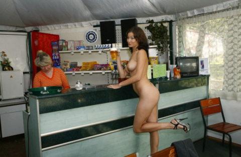 【画像あり】海外のビッチな飲み会で撮影された1枚。エエ身体しとるwwwwwww・29枚目