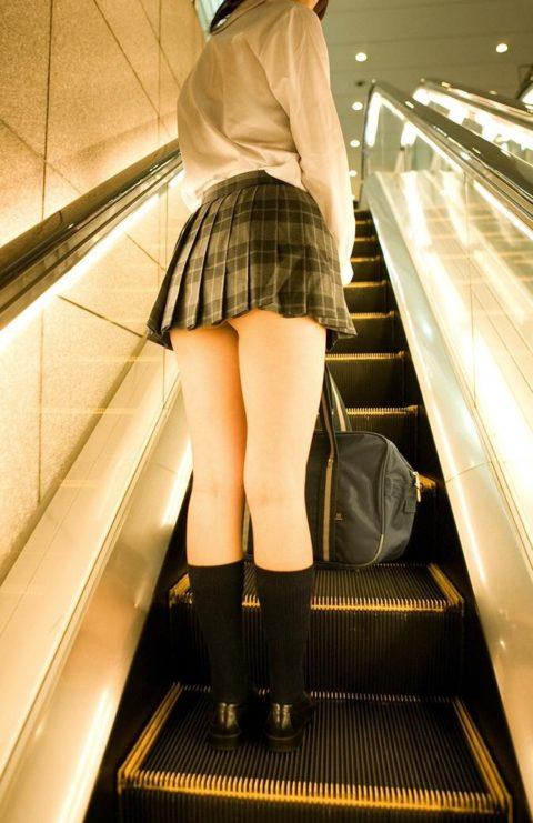 【エロ画像】制服JKさんのミニスカから見えちゃった 生尻 が勃起不可すぎwwwww・29枚目