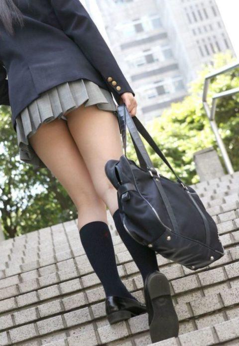 【エロ画像】制服JKさんのミニスカから見えちゃった 生尻 が勃起不可すぎwwwww・30枚目