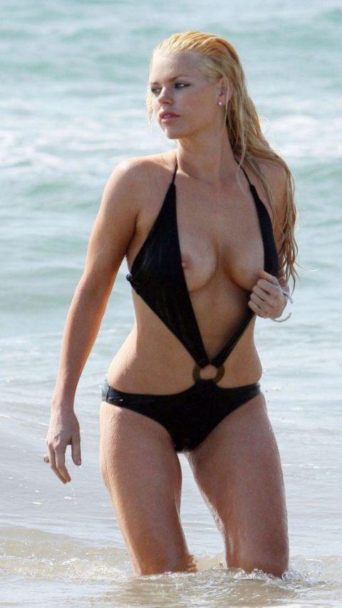【ポロリ】海外のビーチでおっぱいがポロッた素人女さんをご覧ください。(38枚)・32枚目