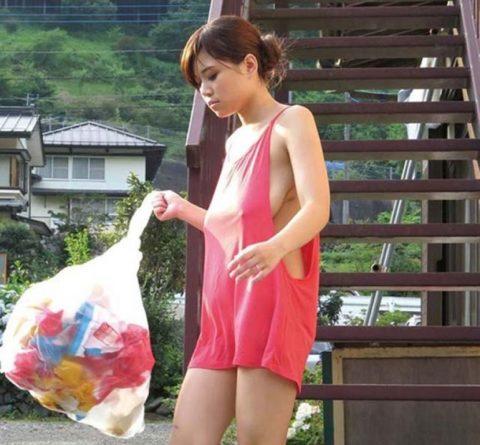 【胸チラ】ゴミの日に現れるノーブラ人妻のユッルユルの胸元がエロすぎwwwwwww(画像あり)・32枚目