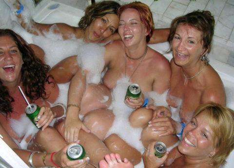 【画像あり】海外のビッチな飲み会で撮影された1枚。エエ身体しとるwwwwwww・35枚目