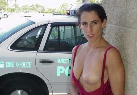 【マジキチ】世界の変態女さん、警察の目の前で行為に及ぶ・・・(画像あり)・35枚目