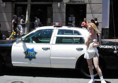 【マジキチ】世界の変態女さん、警察の目の前で行為に及ぶ・・・(画像あり)・36枚目