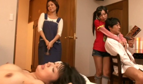 【エロ画像】家族は公認してる家庭内セックスの光景がこれ…地獄やろこれwwwww・5枚目