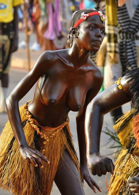 【おっぱい】ギニア人女性の正しく成長した「神乳」この身体はエロい・・・(33枚)・6枚目