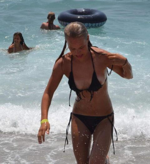 【ポロリ】海外のビーチでおっぱいがポロッた素人女さんをご覧ください。(38枚)・7枚目