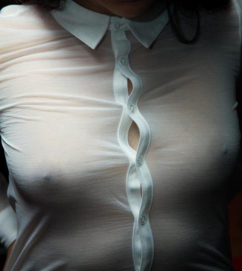 【乳首】ノーブラの女さん、ビーチクを勃起させた時の透けポッチwwwwwwww(40枚)・7枚目
