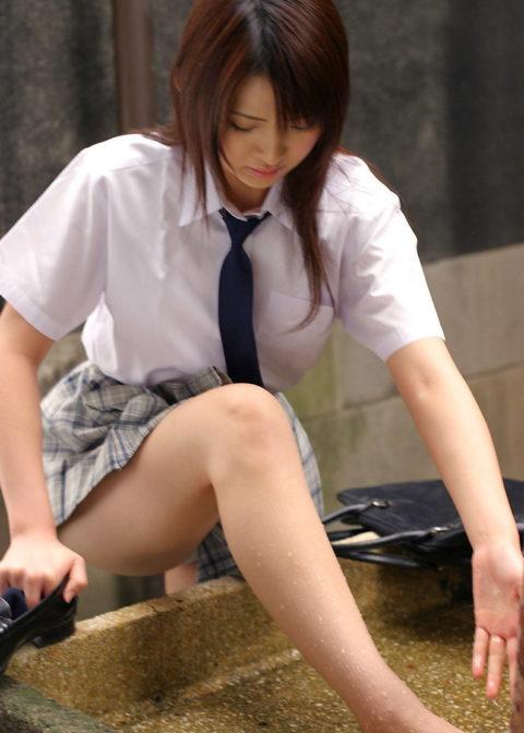 【エロ画像】制服JKさんのミニスカから見えちゃった 生尻 が勃起不可すぎwwwww・6枚目