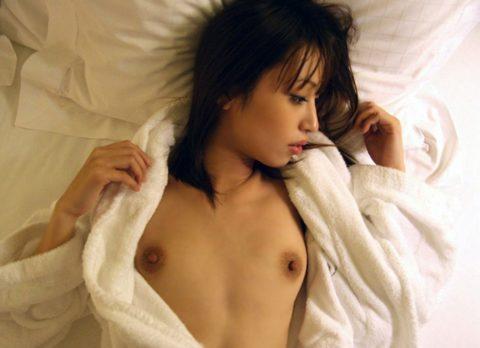 【エロ画像】もう1発ヤリたくなる事後のバスローブ女子のエロ画像まとめ。(35枚)・7枚目
