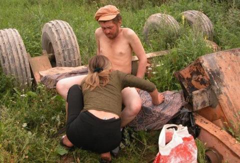 「世界のホームレス」ボランティアで仲間と野外セックスしてるんだが・・・・(画像あり)・8枚目