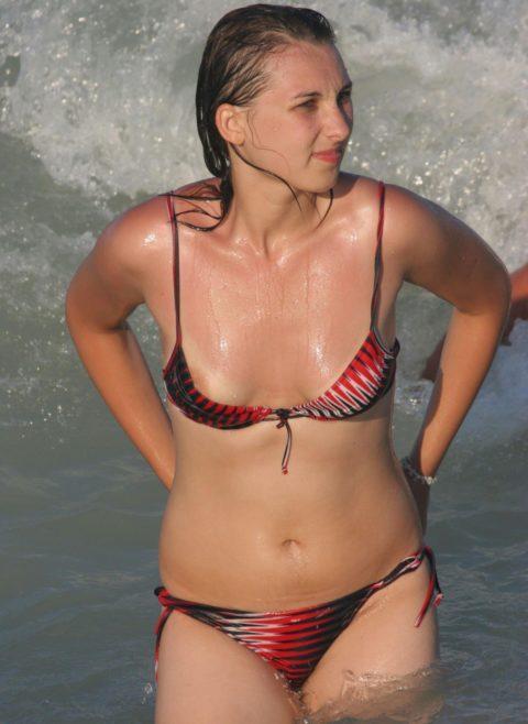 【ポロリ】海外のビーチでおっぱいがポロッた素人女さんをご覧ください。(38枚)・8枚目