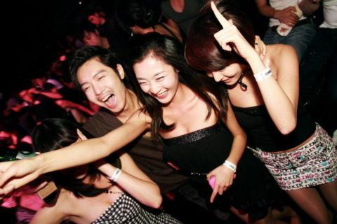 【エロ画像】「お持ち帰りOK」な韓国のクラブを撮影した画像まとめ。(32枚)・8枚目