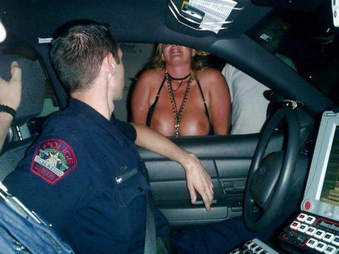 【マジキチ】世界の変態女さん、警察の目の前で行為に及ぶ・・・(画像あり)・8枚目