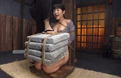 【調教】「石抱き拷問」とかいうプレイ、これ興奮する奴いるの?wwwwww(画像あり)・1枚目