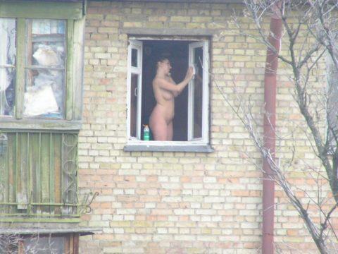 【盗撮エロ】海外の素人女さん、望遠カメラで窓を撮られ晒される。。(52枚)・1枚目