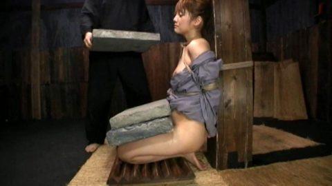 【調教】「石抱き拷問」とかいうプレイ、これ興奮する奴いるの?wwwwww(画像あり)・2枚目