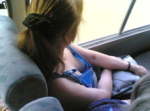 【エロ画像】電車・バスで谷間をガッツリ撮影された女、クッソええ乳wwwww・1枚目