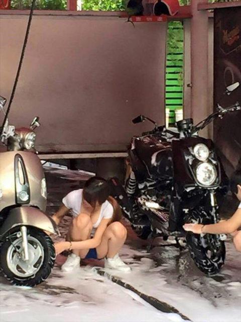 中国まんさん、欧米のマネをして「水着で洗車してみた!」がくっそエロかったwwwww(38枚)・1枚目