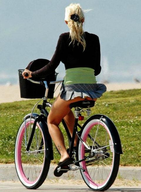 【素人パンチラ】街中で激写されてしまった自転車女子のパンティをご覧くださいwwww・10枚目