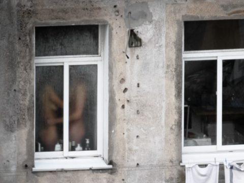 【盗撮エロ】海外の素人女さん、望遠カメラで窓を撮られ晒される。。(52枚)・10枚目