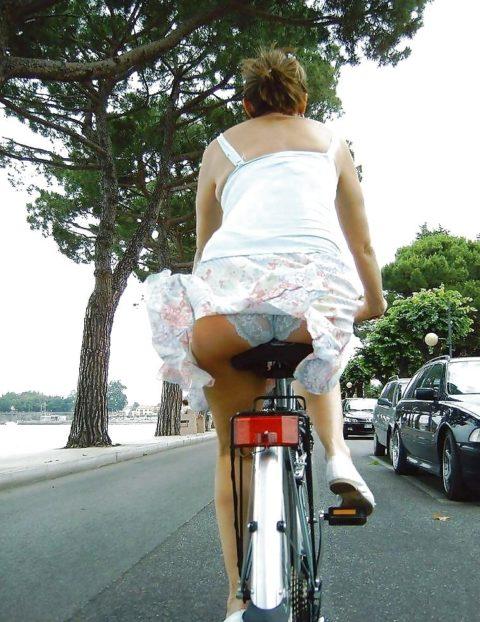 【素人パンチラ】街中で激写されてしまった自転車女子のパンティをご覧くださいwwww・11枚目