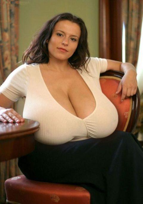 【超乳】もう人間じゃない…デカすぎるおっぱいの海外女さん。。(26枚)・11枚目