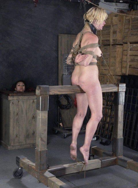 【調教】三角木馬で本気の拷問されてる女さんをご覧ください…これは痛すぎる(画像あり)・12枚目