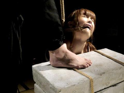 【調教】「石抱き拷問」とかいうプレイ、これ興奮する奴いるの?wwwwww(画像あり)・12枚目