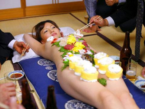 【エロ画像】金持ち変態オヤジが必ずヤル 女体盛り がこちらwwwwww・13枚目