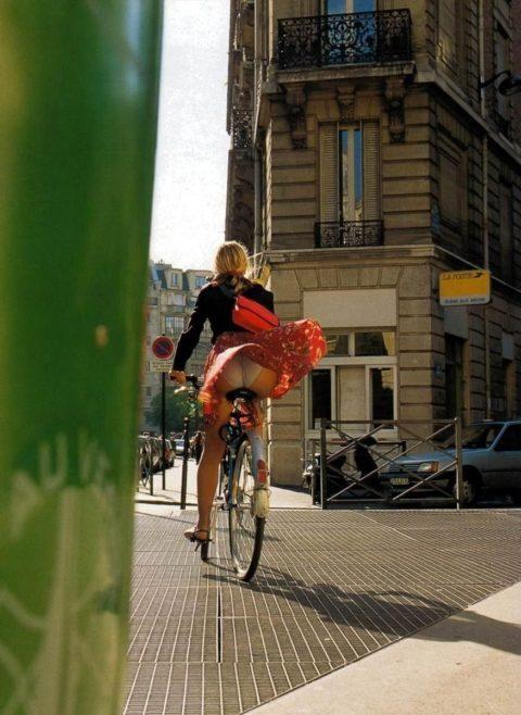 【素人パンチラ】街中で激写されてしまった自転車女子のパンティをご覧くださいwwww・13枚目
