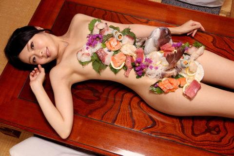 【エロ画像】金持ち変態オヤジが必ずヤル 女体盛り がこちらwwwwww・14枚目