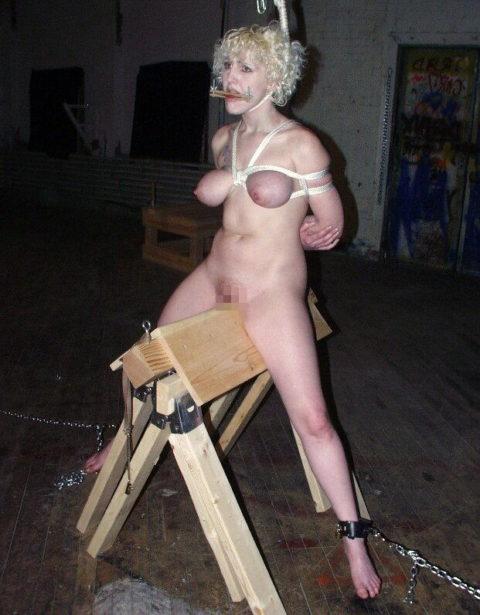 【調教】三角木馬で本気の拷問されてる女さんをご覧ください…これは痛すぎる(画像あり)・14枚目
