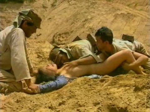 【GIFあり】過酷すぎる戦場で兵士に捕まった女さん、こうなる・・・・14枚目