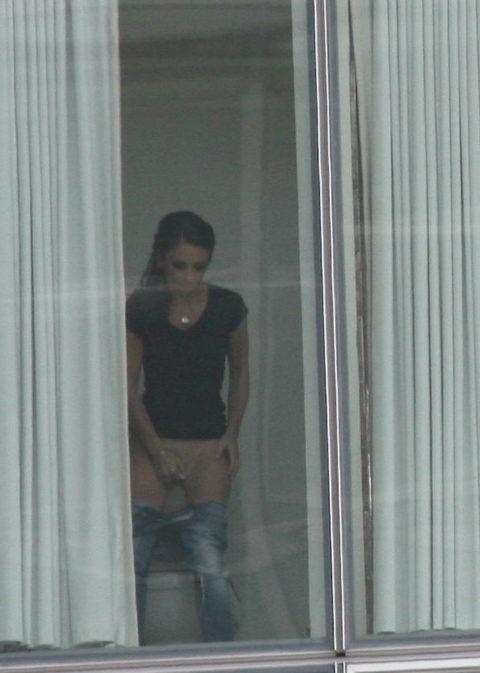 【盗撮エロ】海外の素人女さん、望遠カメラで窓を撮られ晒される。。(52枚)・14枚目
