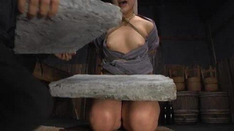 【調教】「石抱き拷問」とかいうプレイ、これ興奮する奴いるの?wwwwww(画像あり)・14枚目