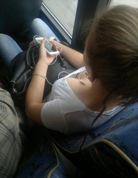 【エロ画像】電車・バスで谷間をガッツリ撮影された女、クッソええ乳wwwww・14枚目