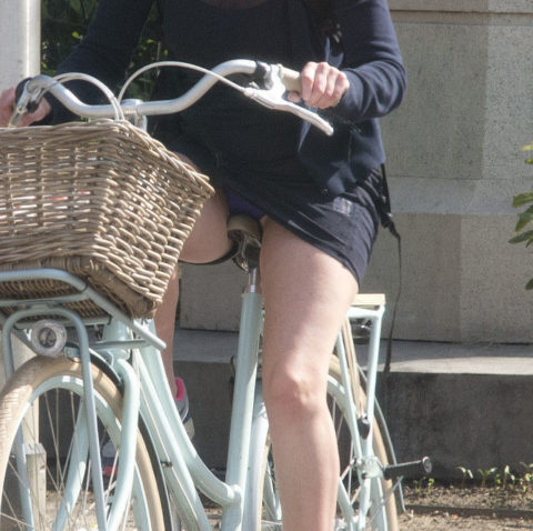 【素人パンチラ】街中で激写されてしまった自転車女子のパンティをご覧くださいwwww・15枚目