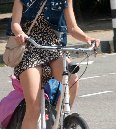 【素人パンチラ】街中で激写されてしまった自転車女子のパンティをご覧くださいwwww・16枚目