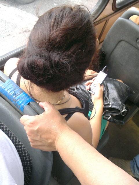 【エロ画像】電車・バスで谷間をガッツリ撮影された女、クッソええ乳wwwww・16枚目