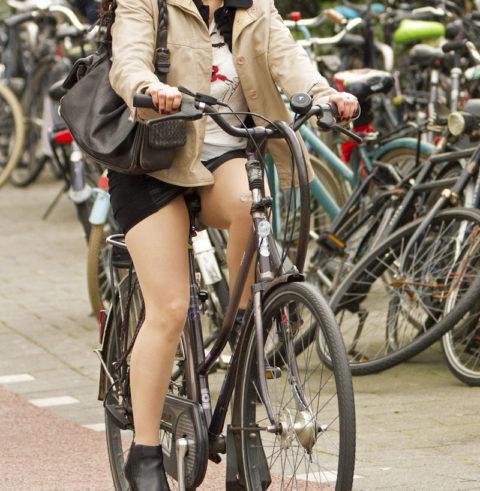 【素人パンチラ】街中で激写されてしまった自転車女子のパンティをご覧くださいwwww・18枚目
