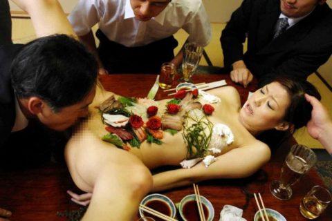 【エロ画像】金持ち変態オヤジが必ずヤル 女体盛り がこちらwwwwww・18枚目