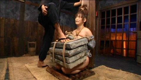 【調教】「石抱き拷問」とかいうプレイ、これ興奮する奴いるの?wwwwww(画像あり)・18枚目