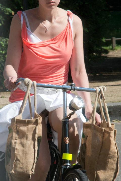 【素人パンチラ】街中で激写されてしまった自転車女子のパンティをご覧くださいwwww・2枚目