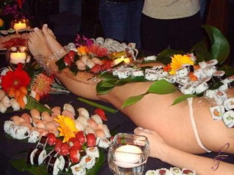 【エロ画像】金持ち変態オヤジが必ずヤル 女体盛り がこちらwwwwww・2枚目